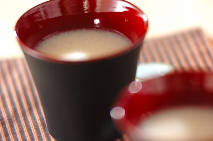 大人が気軽に楽しむなら、酒粕を溶いて作るタイプの甘酒もおすすめです。市販の酒粕をお湯で溶き、お砂糖で好みの甘さにするのが基本ですが、酒粕の種類で味が変わります。