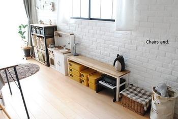 いわゆる棚が手に入らないときには細長いテーブルを使うのもひとつの方法です♪壁にぴったりくっつけてテーブルを設置すれば、棚として使えますよ。子供が使いやすい高さで奥行があまりないタイプのものだとより良いでしょう。テーブルの下にも物を収納できます◎