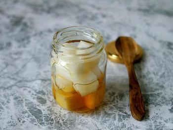 はちみつは、そのまま舐めてものどに良いのですが、咳き込んだ時などにおすすめなのが大根シロップ。生の大根を切ったりすりおろしてはちみつをかけ、大根の汁が滲み出た物を飲みます。レモンなど酸味の強い柑橘の果汁を加えると、ぐっと飲みやすくなります。