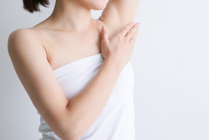 皮脂が他の部分より多く分泌され汚れが落ちにくい脇は、しっかり洗っておきたいところです。ですが、過度なごしごし洗いは、汗をかいたときの臭いの原因になることも。 たっぷりの泡を脇の上にのせ、円をかくようにクルクルと手の平を動かし、数分(2.3分)置いてから洗い流すようにしましょう。