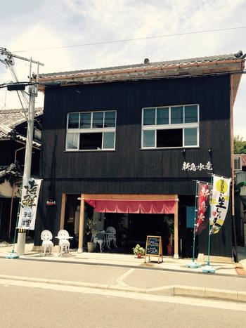 水産物卸会社がプロデュースしているので、新鮮さ・おいしさは折り紙つきの「新島水産 東浦店」。古民家をリノベーションした趣のある店舗はどこかレトロな佇まい。
