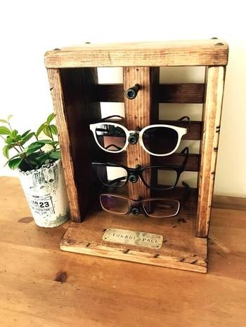 男前なスタイルの眼鏡スタンドです。縦に並んだボルトがクールですね。カッコいいサングラスを収納してみたくなります。