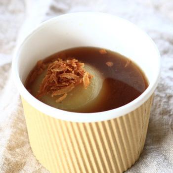 冬季限定の、淡路島産の玉ねぎが丸ごと入ったスープ。トッピングのフライドオニオンがスープの旨みをアップしてくれます。