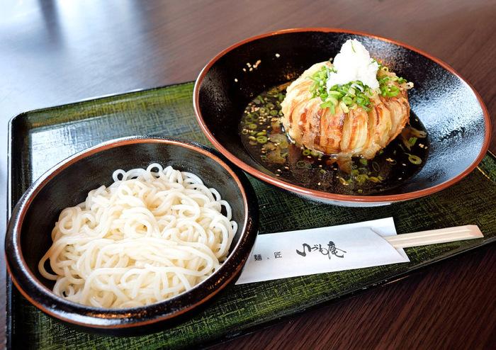 お箸で玉ねぎを切り崩しながら、特製だしと細ちぢれ麺をからめて一緒に口へ運ぶと、玉ねぎ本来の甘みと香ばしい香りが口いっぱいに広がります。