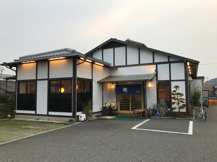 創業100年の、昔ながらの手打ちうどん専門店。讃岐うどんのコシ、大阪うどんのモチモチ感をあわせもった「淡路島うどん」が味わえる名店です。