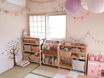 優しい色合いのピンクは、女の子や赤ちゃんの部屋に向いています。ただ、好みが分かれやすい色でもあるため、家族全員が使う部屋に使うのは控えたほうが良いかもしれません。
