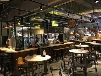 JR大阪駅にある商業ビル、ルクアの地下2階、自由なスタイルでグルメを楽しめる「キッチン&マーケット」に注目。デリやブーランジェリー、スイーツなど、7つのエリアに分けられたフロアでお好きなものを購入し、300席あるフリースペースでいただくことができます。
