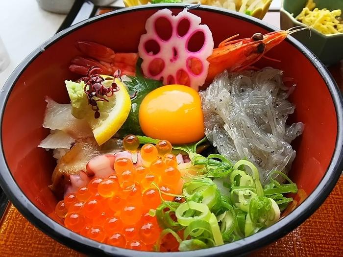イクラや生シラス、車エビなどたっぷりの具材がのったカラフルな海鮮丼。見た目も楽しく、これ一杯でさまざまな海の幸が楽しめるお得な丼です。