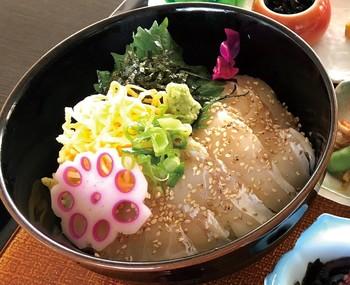 出汁をかけてサラサラッと食べられる「鯛出汁茶漬け」。食欲なない日もこれならおいしく食べられそうですね。