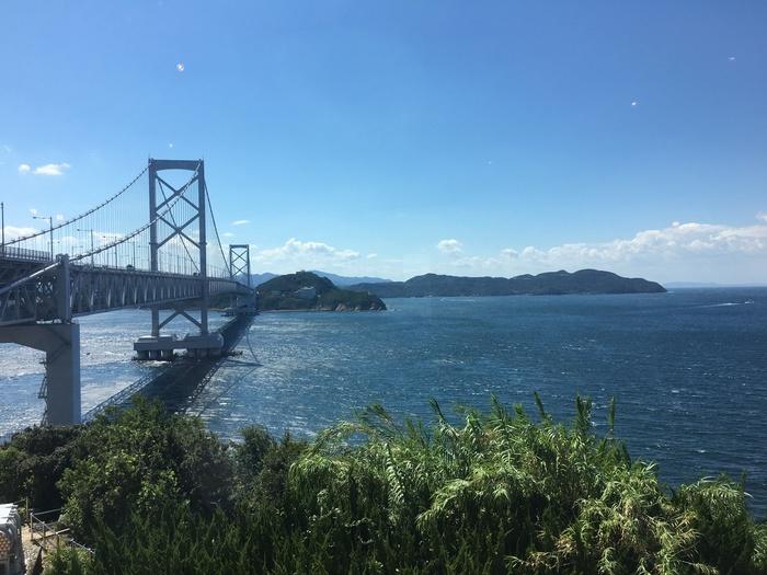 目の前に大鳴門橋が迫って見える「道の駅うずしお」。「海と大地の淡路島まるごとレストラン」からは、こんな絶景を見ながら地元のおいしい料理が食べられます。