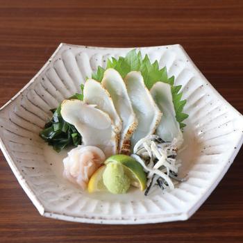 こちらは「淡路島3年とらふぐ炙りふぐお造り」。軽く炙って風味豊かなふぐのサラダは、身がてっさより肉厚なので食べ応えがあります。