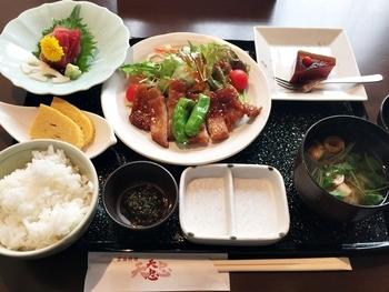 ランチのおすすめは「本日のお昼膳」。ごはんのすぐ隣りにある「食べる醤油」は、ごはんのお供にぴったり。