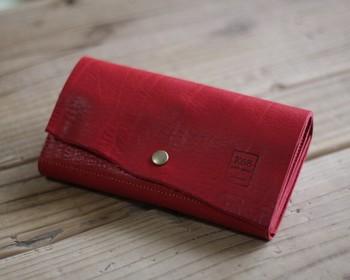 リンネルにも掲載された人気の手縫いのお財布。革の特性を生かしたナチュラルカットが施され、同じものは一つとないデザインに仕上がっています。