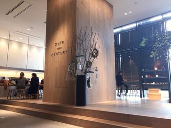 グランフロント大阪の北館1Fにある「オーバーザセンチュリー」は、セレクトショップや花屋が一緒になったコンセプトカフェ。センスいい空間で、他とは一味ちがう食事が楽しめます。