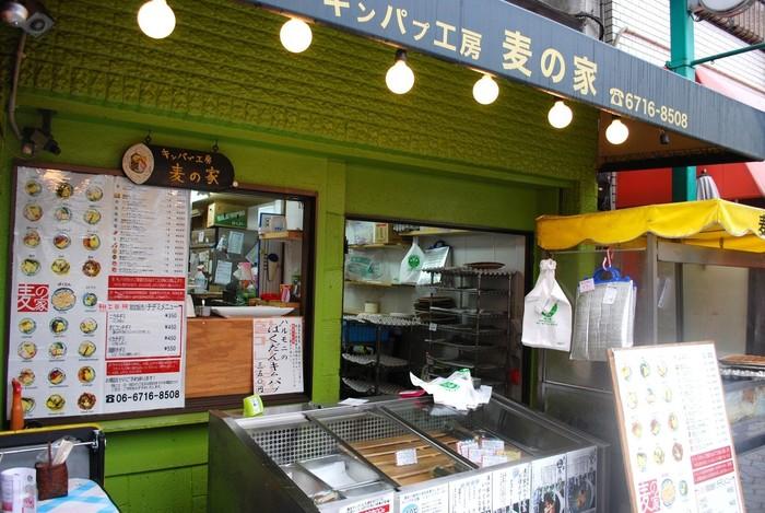 韓国海苔巻き、キンパの専門店「麦の家」。種類豊富なキンパが並び、どれにしようから迷ってしまいます。キムチが入っていたいメニューもたくさんあるので、辛いものが苦手な人も安心。