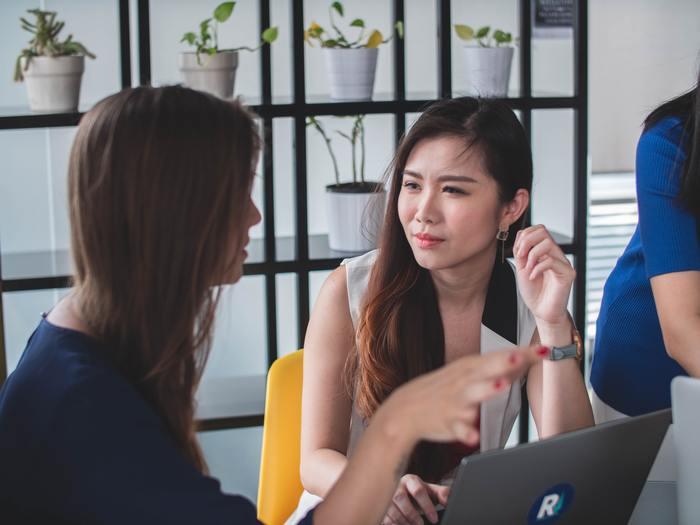 自分から話をしなくても、丁寧に相槌をうつことは「話を聞いていますよ」とサインを送っていることにもなります。  また、相槌をうつことが、相手の会話のテンポを作るという役割も。知らない話題でも、ちょっとオウム返しでの質問を交えて、よいテンポで続く会話を意識してみてください。