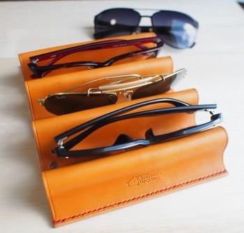 上質な栃木レザーを使った眼鏡スタンドです。デザイン性が高く、クールな印象ですね。厳選したサングラスを飾っておきたくなります。