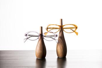 ボトルと名付けられたこちらの眼鏡スタンドは、家具職人さんが作られたものだそう。遊び心があり、シンプルなのにインパクトがあります。