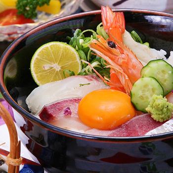 周囲を海に囲まれた淡路島は、瀬戸内海から太平洋へと続く2つの海峡に挟まれ、年間を通じて多種多様な良質の魚が水揚げされることでも有名です。淡路島の近海で獲れた海の幸がたくさんのった海鮮丼は、ぜひ食べておきたいですね。
