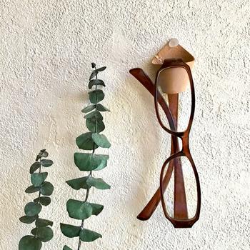 革の眼鏡ホルダーは眼鏡にあたる部分に金属がないので、眼鏡を傷つけてしまうことがなくて安心です。洗面所やベッドサイドなど、必要な場所に取り付ければ、使い勝手もいいですね。