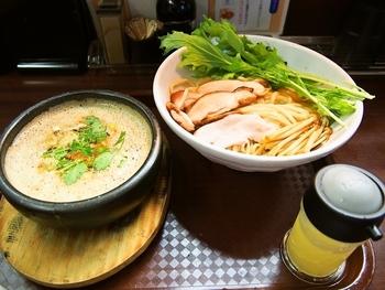 """他にも""""つけ麺""""が人気で、こちらは「鶏すきやき風つけ麺」です。つけ汁は石焼鍋に入っている珍しいスタイル。甘めの醤油味のつけ汁に生卵を入れて、まさに「すきやき風」ですね。そこに麺をつけてからめると、より一層すきやき風となり、他のつけ麺とは違った美味しさに。"""