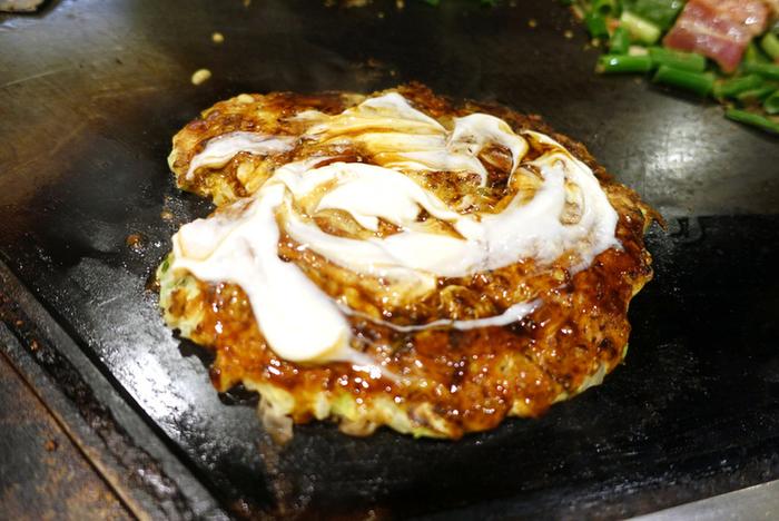 また「山芋焼き」も大人気。山芋100%で豚肉の美味しさも際立つ一品です。山芋をふんだんに使用していることもあり、生地がふわふわで柔らか。みんなでシェアして、いろいろなお好み焼きを楽しんでもいいですね◎