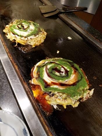 こちらは人気メニューのひとつ「美津の焼き」です。 ふんわりとした生地で中は具だくさん。ソースは甘口と辛口を選ぶことができます。ソースに頼り切らず生地の旨味もしっかりした大阪のほんまもんを味わえますよ。