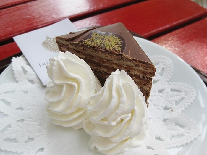 ウィーンの名門、インペリアルホテル直送のチョコレートケーキも食べられます。日本での販売は、ここ限定とのこと。