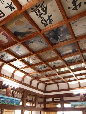 見どころは、天守閣の天井絵巻。1メートル四方の書画の色紙が天井いっぱいに46枚あって、その珍しい展示方法で人気を集めています。天守閣竣成を祝って、日本画の大家・横山大観や政治家によって書かれたものだそう。