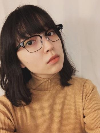 日本有数のめがねの産地、鯖江で製作された、高い技術力に触れられるメガネ。フレーム上部にボリュームがある「ブロー」というデザインが特徴的。  クラシカルな雰囲気を演出してくれるので、大人のお仕事ファッションにもぴったり。
