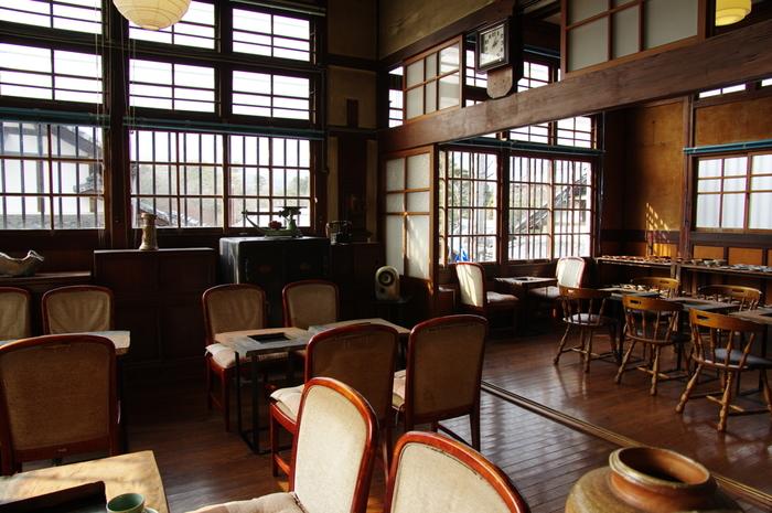 広い敷地内を散策したら、休憩室「大正館」でひと休み。床板や窓枠、梁はもちろん、テーブルなどの調度品も懐かしいつくりでレトロな空間がひろがっています。