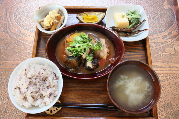 和食をメインとした体に優しいヘルシーなメニューが多いこちらで人気なのが「一心定食」。1日限定数があるそうなので早めに来店するのがおすすめです。雑穀ご飯にお味噌汁・煮物や野菜の和え物などおかずが3品ついてくるバランスの取れたランチメニュー。