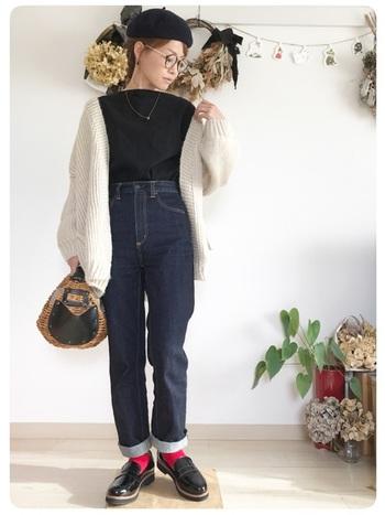 ふんわりボリューミーなオフホワイトのニットカーディガンはエアリー感が魅力。シンプルな装いに1枚はおるだけでほっこりとした印象に。眼鏡や胸元のアクセサリーをはじめ、プレッピーな足元のバランス感も絶妙!ミニマルサイズのかごバッグは春夏だけでなく、寒い時期のコーディネートの外しアイテムとしても◎