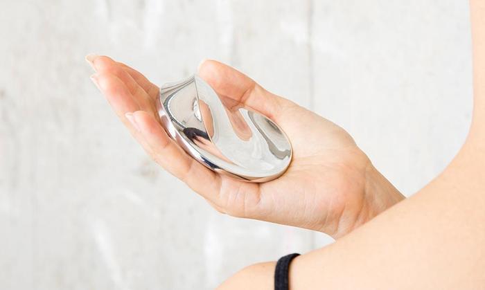 コリネットは全身マッサージにピッタリ。コリネットを手のひらで持って、突出部分で肩からお腹周りなどにあてて動かすだけ。身体全体が疲れているときに使用すると癒されそう。