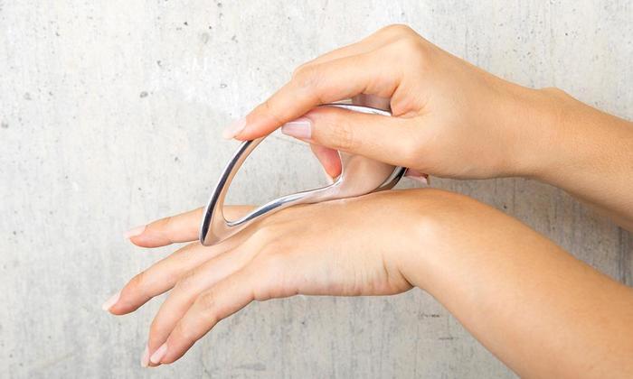 リンパマッサージに適した形状のコリネットリンプ。輪になっている形状なので握りやすく、かっさプレートのような使用も◎。脚や顔のリンパマッサージや、鋭角な部分でのツボ押しもできます。
