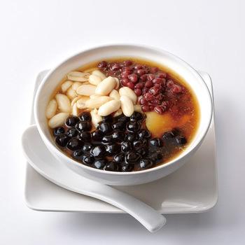 「豆花」とは豆乳を固めて作られた台湾や中国で愛されているスイーツの一種で優しいお豆腐のような食感で癖になる美味しさです。この「タピオカとピーナッツの豆花」はタピオカのプルプル食感とやさしく煮たピーナッツ、そしてつるり食感の豆花に冬瓜のシャーベットも加わり優しさに包まれる美味しさです。