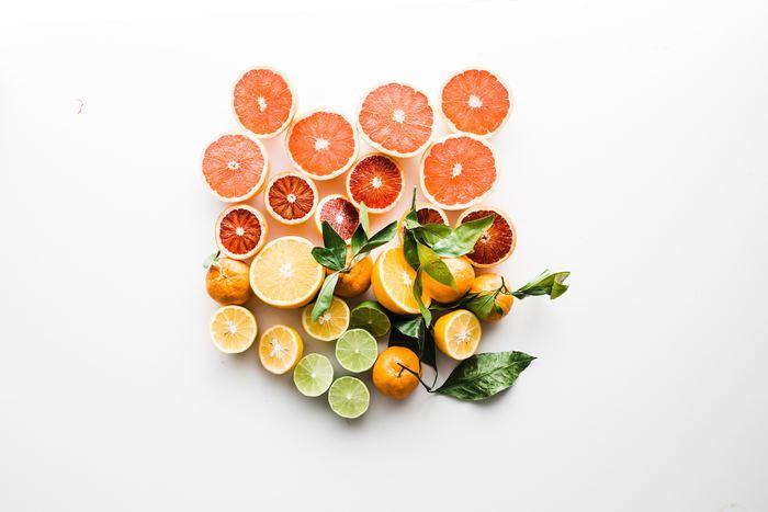 多くの人に馴染みのあるシトラス系の香りは、初心者さんでも取り入れやすい香り。オレンジ、ベルガモット、グレープフルーツ、レモンなどが代表的です。シトラス系の香りは気持ちを明るくさせてくれる効果もあります。