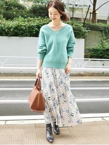 ふわりと風に舞うフレアースカートと合わせた春コーデ。ネックまわりがスッキリとしているので、ロングスカートも重たい印象になりません。