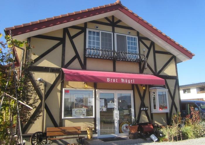 乗鞍高原で20年あまり石窯パンのカフェを開いていたオーナーが、2006年にこの地でオープン。石窯の余熱でじっくりとパンを焼いています。店名はドイツ語で「パンの丘」の意。