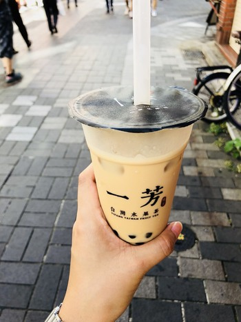「一芳」はタピオカミルクティーはもちろんですが、紅茶や緑茶をパッションフルーツ果汁などで割った爽やかなフレーバーティーも大人気なんです。まだ日本出店から日も浅いので今のうちに味わっておく価値ありのお店です。