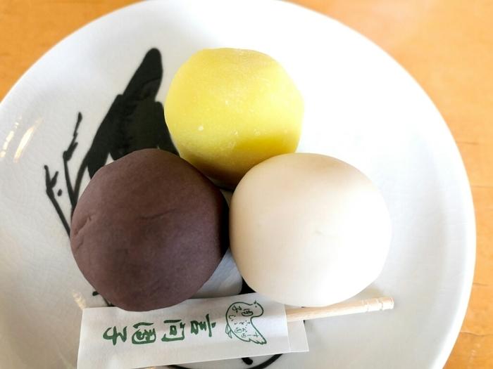 向島三大和菓子の1つに数えられ、白・黄・小豆色の可愛らしい見た目と上品な味わいで人気の「言問団子」。