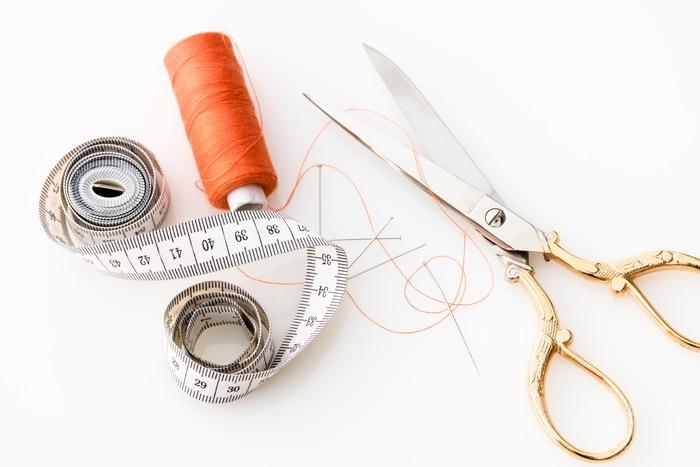 最後にご紹介するのは手芸に少し慣れてきた方向け、針と糸を少しだけ使って作る小物のレシピ。ミシンがなくても針と糸があれば作れる簡単レシピなので、自信がついた方から挑戦してみてくださいね。