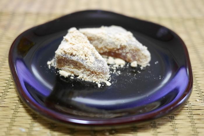 八代将軍 徳川吉宗の時代から菓子商を営んでいる「長門」を代表する銘菓は、昭和初期に14代目が考案した「久寿(くず)もち」。「くずもち」と名づけられていますが、関東では珍しい本わらび粉を100%使用したわらび餅です。ふわっとした柔らかい生地に風味豊かなきな粉がたっぷりかかった久寿もちは夕方には売り切れるほどの人気。