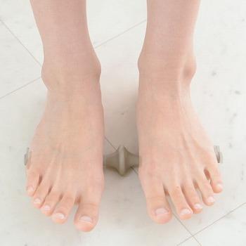 使い方も簡単♪足をのせてツボフットを転がすだけ。らせん状の突起が足裏を刺激して、ほぐしてくれます。デスクの下に置いてこっそり使いやすいサイズ感も◎。