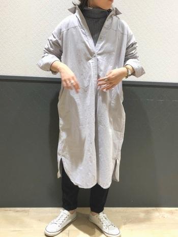 シャツワンピースの中に、タートルとパンツを合わせた大人っぽい着こなし。インナーを同色でまとめることで、スタイルアップ効果も期待できる冬のスマートコーデに。