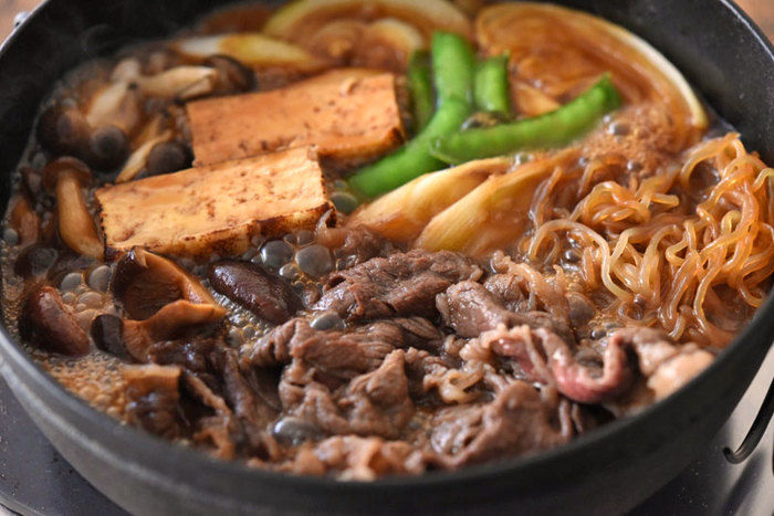 牛肉、甘めの割り下が赤ワインと好相性なすき焼き。味が濃いめなので、合わせるなら重めのワインがおすすめです。こちらのレシピでは、割り下から手作りした関東風の作り方を紹介しています。お肉やネギ類を焼いて油に風味を移すのがおいしく作るコツです♪