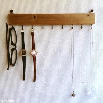 壁掛けの収納アイテムを使うとデッドスペースを有効活用できるようになります。ネックレスや腕時計のほか、鍵なども吊るしておくことができます。