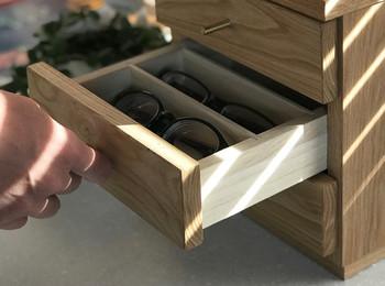 栗の木の木目を生かした美しいボックスは、眼鏡や細々したものをコンパクトに収納できます。一段を眼鏡専用とすると、ちょっぴり特別感のある収納になりますね。