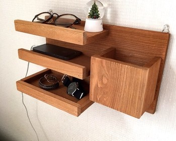 小物を置くのに便利なコンセント上ラック。一番下の棚部分はトレイになっているので、細かいものも一緒に収納できます。