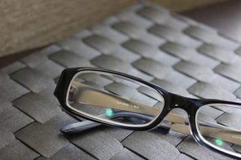 眼鏡を迷子にしないためには、ケースやボックスなどを使って眼鏡の定位置を作ってあげましょう。眼鏡をはずすときには、必ずそこに戻すという習慣をつくることが大切です。